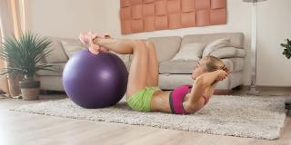 Scapă de burtă: exerciții pentru abdomen care se pot face de acasă