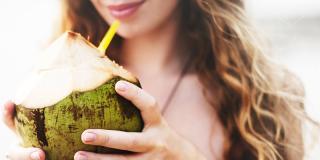 Beneficiile apei de cocos: 7 motive greu de ignorat