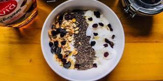 Rețeta FIT: iaurt cu musli și coacăze uscate