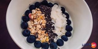 Rețeta FIT: iaurt cu musli și afine