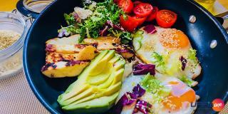 Rețeta FIT: Salată cu ouă prăjite, avocado și brânză halloumi