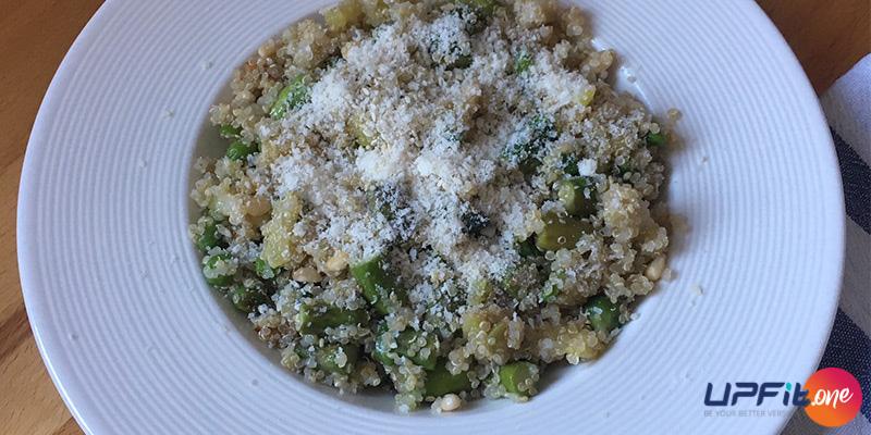 Rețeta FIT: salată de quinoa cu sparanghel și semințe de pin