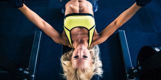 Beneficii și dezavantaje: tot ce trebuie să știi despre mersul la sala de fitness pe cont propriu