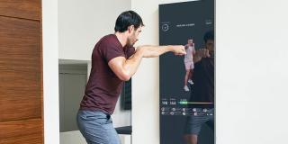 Oglinda smart de peste 1.300 de euro care îți aduce clase de aerobic la tine acasă